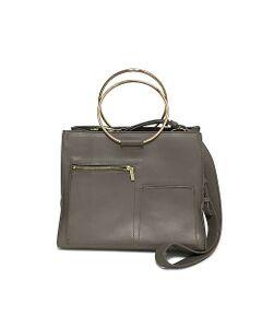 春を感じるカラーリングが魅力の新作バッグが登場。スッキリとしたスクエアフォルムにゴールドカラーのメタルパーツがクラス感漂う一品。しっかりとしたレザーのマテリアルとベーシックな形で永くお使いいただけるのが魅力です。ショルダーストラップをつければショルダーバッグに、取り外すことでトートバッグのように使用でき、着こなしの幅を広げてくれます。