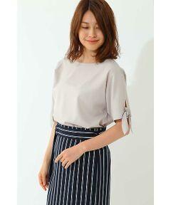 袖口のリボンがアクセントになり、今年らしいシャツブラウスです。裾をインしてワイドパンツに合わせやすいデザインです。タイトスカートでオフィスシーンにも活躍する万能な一枚です。ゆったりとしたドルマンスリーブが今年らしい雰囲気です。特殊な紡績によってシワになりにくく、洗濯性に優れた素材です。