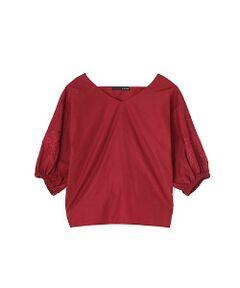ボリュームのある袖にフラワーの刺繍を施したプルオーバーブラウスは、トレンド感満点。ベーシックなコーディネートもこれ1つプラスするだけで、グッと今シーズンらしい着こなしにアップデートしてくれます。