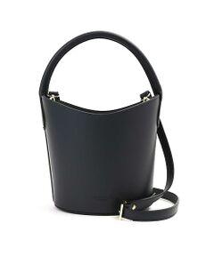 コーデのアクセントにぴったりなバケツ型のバッグ。ハンドバッグとしてはもちろん、長さ調節可能のストラップをつけるとショルダーバッグとしても楽しめます。上部は巾着のようになっているので、中身が見えないようにできるのも高ポイントです。