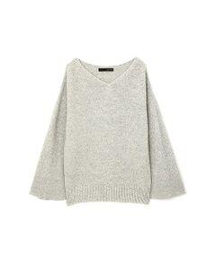 一枚で着用可能な衿ぐりラインを編立の衿でスッキリと仕上げています。編地はガーター編みで安心感のある肉感で、撚糸で陰影をつけたカラーで表現しています。クオリティーの高いMADE IN JAPANです。コートのインナーにも着やすいサイズ感です。