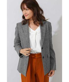 英国調の雰囲気漂う、メンズライクなへリンボン素材のテーラードジャケットは今年のトレンドアイテムとして欲しい1枚です。カシミヤ混の高級なウール素材を使用しており、上質さが際立ちます。ワイドパンツやフレアースカートのスタイリングには肩かけでさらっと羽織る事で、一気にトレンドを感じるスタイリングに。