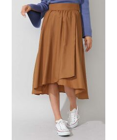 ウール混の薄手ビエラ素材は、ソフトな風合いとしなやかなドレープ性が特長です。ギャザーがたっぷり入ったボリュームシルエットのフレアスカート。ロマンティックなデザインが今年らしいムードの1枚です。動く度にふわりと揺れる、アシンメトリーな裾は女性らしさを演出してくれます。