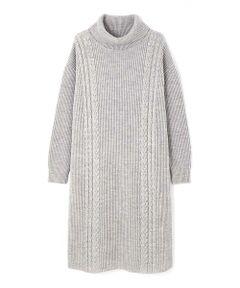 衿は程よい分量感のあるタートルネックでストレートシルエットのワンピースです。編地は片畦編みとケーブル編みを組み合わせた立体感のある編地に仕上げています。素材は、ストレート糸と軽い起毛の糸を掛け合わせた膨らみのある素材です。これからのシーズンにデイリーユースに着まわせるニットワンピースです。