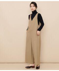 <b>女性らしいディティールが魅力のロンパースはイージーケアが嬉しい便利アイテム。</b></br></br>シーズンを通して着られる絶妙な肉感のウォッシャブルウール素材を使用したロンパース。ご自宅で洗えるのが嬉しいウール素材で気軽に着られます。スタイリングしやすいグレー、キャメル、ダスティーブルーの3色展開で大人な雰囲気が特徴です。すとんとしたミニマルなストレートシルエットは体のラインを拾わず快適な着心地。肩のラインは細く仕上げることで女性らしい華奢な印象を後押ししてくれます。カットソーから厚手のニットまで余裕をもってレイヤードできるゆとりあるデザインがポイント。合わせるトップスによって着こなしを楽しめる、デイリーで活躍間違いなしのアイテムです。</br></br>手洗い・漂白、タンブル乾燥禁止