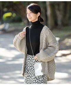 <b>大好評につき新色登場!ざっくりとした手編みのような風合いのケーブル編みが存在感抜群のビッグシルエットカーディガン。</b></br></br>すっぽりとヒップまで隠れる着丈で羽織りに最適。見た目にもボリュームがあり重量感があるように見えますが、見た目以上の軽さがあり快適に着ていただけます。タンクトップなど肌見せインナーとバランスを楽しむコーディネートはもちろん、ロゴTやカットソーとの合わせもおすすめ!<br>デニムやチノパンなどカジュアルなボトムと相性抜群です。肌寒い季節はデニムジャケットやライダースの上から重ねて、レイヤードを楽しんでも◎<br><br>※画像の商品はサンプルです。お届けする商品に仕様・サイズ等の変更が生じる場合がございます。予めご了承ください。<br>※ロケ撮影画像は、光の当たり具合で色味が異なって見える場合がございます。商品の色味は、スタジオ撮影の画像をご参照ください。</br></br>手洗い・漂白、タンブル乾燥禁止