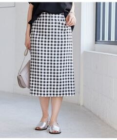 <b>タイトなのに楽ちん。オンオフ問わず着回せるスカート。</b></br></br>汗ばむ夏に嬉しいご家庭での洗濯可能なスカートです。ベーシックなベージュ、トレンドのくすみピンクの無地カラーと今季注目のギンガムチェックの3色展開を揃えました。無地の2色は柔らかな風合いで透けにくいダブルクロス素材を仕様。チェック柄は程よい肉感で伸縮性のある素材を使用し、凹凸のある表面感が特徴です。どちらもストレッチ性に優れ、履き心地抜群なのが魅力です。<br>すっきりとしたタイトシルエットにウエスト部分に施したポケットが腰回りを華奢に見せてくれます。ビッグシルエットのTシャツで旬の着こなしはもちろん、ベーシックなきれいめトップスと合わせてお仕事着にも活躍する便利アイテムです。</br></br>手洗い・漂白、タンブル乾燥禁止
