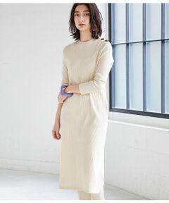 <b>コットン素材が心地よい、1枚でキマるリラックスワンピース。</b></br></br>糸にならなかったリサイクル綿と高級綿をブレンドしたエコなコットン素材のワンピース。今季注目のリラックスモードを演出してくれる天然素材が魅力の一着です。<br>アダムエロペではリブを裏使いにし、すっきりとクリーンな雰囲気に仕上げました。<br>肩にべっ甲調のボタンを施しアクセントに。デザイン性はもちろん、ボタンを開ければ着脱も楽ちんです。<br>程よくゆとりを持たせたIラインシルエットで1枚でもキマります。ナチュラルな生成りとすっきりと着られるブラックの2色展開。同素材のレギンス(GAS09060)とセットで合わせるのもおすすめです。</br></br>手洗い・漂白、タンブル乾燥禁止