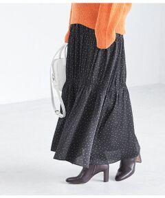 <b>オリジナルの柄とティアードのデザインで気分の上がるスカート</b></br></br>程よくマットなサテン生地に、オリジナルのランダムドットと線描きのペイズリー柄をプリントしたアクセントのある素材。ウエストゴムでイージー仕様のティアードスカート。縦のシルエットが印象的な素材が落ちるティアードなので、ボリュームニット等にあわせてすっきりと着られます。女性らしいディテールで、どこかレトロな懐かしさもありながら、今年の気分も感じられるティアードスカート。着るだけで気分の上がるシルエットが魅力。女性らしさがありながら、シンプルなトップスと合わせてカジュアルダウンした着こなしも楽しめる1着です。フラットシューズやスニーカーはもちろん、ショートブーツとの合わせも〇。<br>同素材のボウタイ付きブラウス(GAH29110)もございます。</br></br>手洗い・漂白、タンブル乾燥禁止