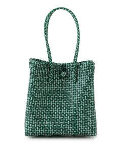 <b>BALI WERKSTATTE(バリ ワークスタット) かごバッグ</b></br></br>バリ島の職人がカラフルなプラスチックを丁寧に1つずつ編み込んだかごバッグ。これからの季節のマストなアイテム。カラフルなカラーリングでスタイリングのアクセントに〇<br><br>【BALI WERKSTATTE(バリ ワークスタット)】<br>インドネシア・バリ在住のオーストリア人デザイナーが立ち上げたバッグブランド。<br>バリの伝統的なハンドクラフトの技術とモノトーンやバティック柄を融合したモダンなデザインを展開。