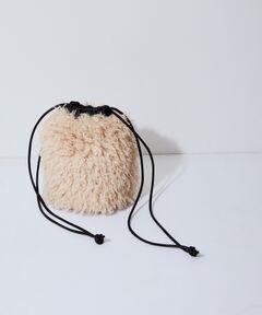 <b>《リバーシブル仕様》一点投入で、着こなしに秋冬ムードを。カジュアルにもきれいめコーデにも合う、シンプルコーデを格上げしてくれる巾着バッグ</b></br></br>◆2021-22秋冬◆<br>ADAM ET ROPE' FEMME<br><br>【Material】<br>内側:モフモフとしたカーリーな毛足が魅力のフェイクムートンを使用。<br>表面:シープ調のソフトなフェイクレザーを使用。<br><br>【Design】<br>ムートンとレザー見え素材のリバーシブル仕様の巾着バッグ。表側のポケットがデザインポイントになっており、マチもあるので、小さめのウォレットやポーチ、スマートフォンなど、外出時に必要なものはしっかりと収納可能。リバーシブルで大きく印象チェンジするので、コーディネートに合わせて変化を楽しめるのも嬉しいポイント。<br><br>【Color】<br>ブラック×キナリ、ブラウン×ブラウンの2色展開。<br><br>【Styling point】<br>クリーンにまとめたいコーディネートには、シープ調のフェイクレザーを表にしてポケットをデザインポイントに、スタイリングに抜け感を演出するのが◎。バッグをコーディネートのアクセントにしたいときは、ムートン側を表にして持つのがおすすめ。<br><br>---------------<br>ポケットの数:外1個<br>A4収納:不可<br>長財布収納:不可<br>ショルダー紐:なし<br>その他:巾着紐の肩掛け可<br>---------------<br><br>※画像の商品はサンプルです。お届けする商品に仕様・サイズ等の変更が生じる場合がございます。予めご了承ください。<br>※ロケ撮影画像は、光の当たり具合で色味が異なって見える場合がございます。商品の色味は、スタジオ撮影の画像をご参照ください。