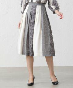 パターンストライプスカート<br /><br />同素材のブラウス(V5M03510)より大柄なストライプにして、深めのタックで柄に動きを出したスカートです。単色配色でコーディネートしやすいスカートになっています。<br /><br />軽すぎず透け過ぎず落ち感があり発色性の良いプリント生地です。<br /><br />モデル(下部ディテール画像):H 167 B 80 W 58 H 85 着用サイズ:38