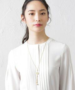 アマカモノグラムネックレス<br /><br />アマカのハンモックモチーフをアレンジしたパーツがポイントの、シンプルなスネークチェーン使いのタッセル風ネックレス。<br />チェーンの先端に淡水パールをあしらい上品に胸元を飾ります。リングパーツ部分をスライドしてチェーンの長さを変えられますので<br />ウエアのデザインや胸元のあき具合に合わせておたのしみください。<br /><br><br>※この商品はサンプルでの撮影を行っています。<br>実際の商品とイメージ、仕様が異なる場合がございます。