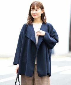 ◆さらっと羽織れて、秋から冬まで着れるライトアウター◆<br><br>軽さと柔らかい風合いがポイントのミディー丈の羽織りです。<br>フロントのドレープが女らしさあるゆったりとしたサイズ感がトレンド感を演出。<br>サラッと羽織れるアイテムなので、内外と重宝するアイテムです。<br><br>同素材ロングコート:K2UKJ21099