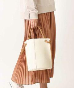 ◆今年らしいデザインのトートバッグ◆<br><br>トート、ショルダーの2WAYでお使いいただけるバッグ。<br>ラウンドフォルムのシンプルなデザインが、<br>こなれ感を感じさせてくれます。<br>配色のハンドルのノットデザインもポイント。<br>マチが広く荷物もたっぷり入るバッグです。