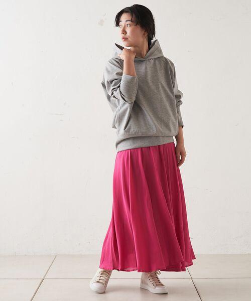 色鮮やかなスカートを主役に。