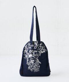 """手織りや刺繍に定評がある「KHADI&amp;CO」の新作バックが登場。ネイビーのコットン地にホワイトのフラワー&リーフ刺繍が際立ちます。間口部分はリボンがついていて、巾着のように口を絞り、形を変えて仕様することも可能。バッグインバッグとしても活躍しそうですね。表面には月型のポケット付き。<br /><br />《KHADI&amp;CO》<br />デンマーク出身のデザイナーBessNielsenが立ち上げたファブリックブランド。独特の風合いが美しいインド伝統の手紡ぎによる糸や手織りの「カディー」を用いた、時間と共に美しさを増すハンドメイドならではのクオリティにより、世界中で愛されるブランド。<br /><br />&nbsp;<br /><strong>【商品をお気に入り登録しておきましょう!】</strong><br />気になるアイテムは、<strong><span style=""""color:#e74c3c;"""">♡</span>マーク</strong>をクリックしておくことで、スムーズにお買い物が楽しめます。<br /><strong>・ラスト一点のお知らせ<br />・再入荷のお知らせ<br />・予約商品が店頭に入る際にお知らせ<br />・SALEのご案内</strong><br /><br />goods<br />import<BR>"""