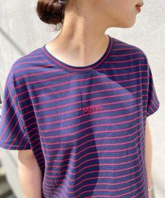 <br /><br /><br />胸元にフランス語で「merci(メルシー)」と刺繍されたボーダーTシャツ。ブラックはホワイトとブラックの細めのボーダー、ネイビーにはネイビー地に赤の細いラインが入ったボーダーです。袖はフレンチスリーブで肩回りを隠してくれ、裾はシャツのように丸くカットされており、腰回りを隠してくれます。<BR>