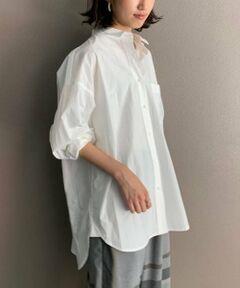 後ろ身頃に香水瓶の刺繍を施したシャツ。腰回りまでしっかりと隠れるオーバーサイズでゆったりと着られます。ホワイトにはホワイト、ネイビーにはネイビーの刺繍糸で刺繍が入り、さりげなさがポイント。<BR>
