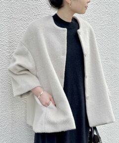 """<span style=""""font-size:16px;""""><strong><span style=""""color:#d35400;"""">《予約》11月下旬頃お渡し</span></strong></span><br /><br />ふわっとした毛足が長めのシャギーコート。 袖は広めにとっているので、ボリュームのあるトップスの上からでもハオリやすく、程よい袖丈ですっきりと着られます。ロンググローブ等を合わせるのもおすすめ。 ベージュとパープルの二色展開予定。数量限定販売です。ラフになりすぎないようにスナップボタンになっているので綺麗めにも合わせていただきやすいです。<br /><br />21coat<br />outer<BR>"""