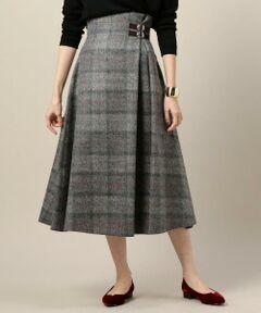 伝統的なチェック柄がトラディショナルな印象を与えるミドル丈スカート。<br>ウエスト部分のダブルのバックルベルトがアクセントとして効いています。<br>ふんわりと広がる女性らしいシルエットが女性らしく上品な一着。<br>ニットと合わせたクラシカルなコーディネートがおすすめです。<br><br><b><O'NEIL of DUBLIN(オニールオブダブリン)></b><br>アイルランドの首都ダブリンで創業した150年以上続く名門ファクトリーブランド。<br>伝統の製法に基づいて高品質のタータン柄のキルトやスカートを生産し続けています。<br><br><font color=purple>店舗へお問い合わせの際は、全国のBEAUTY & YOUTH 各店舗まで下記の品名/品番をお申し付け下さい。<br>品名:BSC ONEIL BUCKLE GR 品番:1624-343-3118</font>