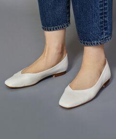 足元に女性らしいアクセントを添える、Vカットの履き口がポイントのフラットシューズから今シーズンらしいスクエアトゥが新登場。<br>ほっそりと華奢に見えるシルエットに、柔らかな風合いにこだわった履きやすいデイリーシューズです。<br>まるで本革のようなフェイクレザーを使用することで、軽くて歩きやすく、柔らかな布で乾拭きする簡単な手入れできれいに保てるのも魅力。<br>普段使いから、ビジネスやフォーマルシーン、更には軽く持ち運びにも便利な、旅行にもおすすめの一足です。<br>シンプルでありながらトレンドをプラスした新鮮な一足を是非お見逃しなく。<br><br><font color=purple>店舗へお問い合わせの際は、全国のBEAUTY & YOUTH 各店舗まで下記の品名/品番をお申し付け下さい。<br>品名:FC BY V CUT SQU FLT1.0 品番:1831-699-5338</font><br><br><br>※画像の商品はサンプルです。<br>実際の商品と色味、仕様、加工、サイズ、素材等が若干異なる場合がございます。