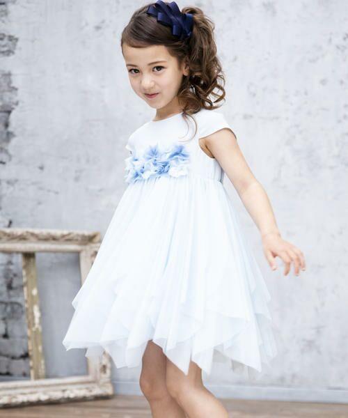 ボリュームのあるスカートが特別な日のコーディネートをドレッシーに仕上げてくれます。