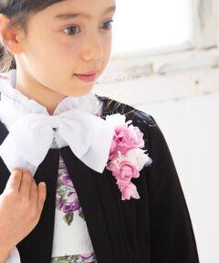 """グラデーションカラーが美しいコサージュ。<br>重なり合った花びらのボリューム感が、セレモニーシーンにぴったりの華やかさを演出してくれます。<br>これ1つでグッと雰囲気を変えることができ、お手持ちのお洋服と合わせて長く活躍するアイテムです。<br><br>【BeBe(べべ)】<br>""""LOVE MODERN"""" 少しおませで、生意気なヨーロピアンカジュアルの提案。<br>時代性・流行性をとらえ、ベーシックでもワンポイントを施した遊び心、楽しさを盛り込んでいます。 <br>シンプルだけど、こだわりのあるオリジナリティーを重視しています。"""