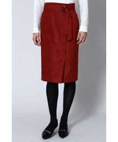 昨年に引き続き今年も注目のフェイクスエード素材のスカートです。今年はハイウエストバランスで着丈もやや長く仕上げています。秋らしいカラーもポイントになっています。女性らしく、エレガントなデザインです。