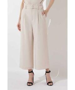 広がりすぎない程よい裾巾で脚長に見えるハイウエストのワイドパンツです。ウエストには共地のバックルのベルト付でウエストマークして、トレンドのスタイルでのコーディネートがおすすめです。同素材のブラウスとセットアップで揃えて頂けます。