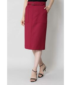 適度なハリと光沢感のある二重織素材で、スッキリとしたタイトシルエットで仕上げたスカートです。共地のベルトとポケット付きディティールがポイントとなっています。毎日の通勤シーンにマストなアイテムです。