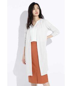 発色性、清涼感に優れた高級トリアセテートを使用したポンチ素材を使用したジャケットです。適度なハリコシがあり、動きにフィットする優雅にシルエットを表現します。天然繊維の風合いがありながらも合繊の持つ清涼感と美しいドレープ性を併せ持つ夏に最適な素材です。Vネックがスッキリとした印象のロング羽織は軽くてシワになりにくいので重宝します。ベーシックなカラーリングのセットアップなのでスタイリングしやすいです。同素材のパンツとトップスと揃えて頂けます。