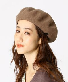 <p>《素材》</p><p>秋冬らしい、起毛感のあるウール素材を使用。</p><p>&nbsp;</p><p>《デザイン》</p><p>コーデに秋冬らしさを加える、ウール素材のベレー帽。</p><p>シンプルなデザインなので、</p><p>スタイリングを選ばずに合わせやすいのもポイント。</p><p>左サイドに、さりげないネームパッチをデザインしています。</p>