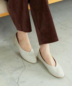 柔らかなフェイクレザーのパンプスです。<br>深めに足の甲を覆うアッパーデザイン。<br>足をしっかりとフィットさせ、歩きやすさも考慮しています。<br>フロントに入れた切り替えステッチが、さり気ないポイント。<br>また、クッション性のある中敷と、<br>つま先裏はウレタン材を使い、足あたりがよくなるよう工夫しました。<br>低めのソールで歩きやすく、<br>長時間履いても足が疲れにくいようにしています。<br>また、シンプルでスッキリとしたつま先なので、<br>女性らしく、幅広いスタイリングに活躍します。