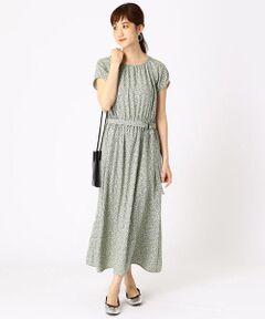 《素材》<br>薄手ですが、透け感がないしっかりとした素材。<br>また落ち感があり、ドレープやギャザーがきれいに出る生地で、<br>シワになりにくい点もポイントです。<br><br>《デザイン》<br>ギャザー使いが女性らしい雰囲気の小花柄ワンピースです。<br>スカート部分は縦に切替を入れて、程よいボリューム感にし、<br>広がりすぎず、大人っぽい印象にしています。<br>スカートの切替位置とマキシ丈のバランスが、<br>ボトムラインをすっきりと演出するデザインです。<br>