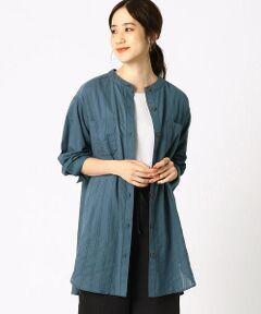《素材》<br>さらりとした肌触りの綿・麻素材です。<br>表情ある織柄で、さわやかなストライプを表現しています。<br><br>《デザイン》<br>首元をスッキリ見せる、バンドカラーのシャツです。<br>両胸のポケットがアクセント。<br>清涼感のある素材と、ストライプ柄が相まって上品なイメージ。<br>ロングシャツなので、ボトムとのレイヤードスタイルを幅広く楽しめます。