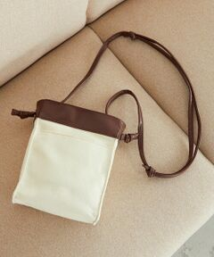 ◆ ONIGIRI(おにぎり)の スクエア ショルダーバッグ ◆<br><br>《素材・デザイン》<br>キャンバス素材と、合成皮革の切り替えで<br>デイリーに使えるショルダーバッグ。<br>小ぶりなデザインですが、<br>マチがあるので見ため以上に収納力があります。<br>また、外ポケット・内ポケット付きで細かなものも収納できます。<br>バッグ口はマグネットボタン付き。<br>ショルダー紐は長さが調節できるので、<br>シーンやスタイリングに合わせて、<br>肩掛けバッグやショルダーバッグとしても活躍します。
