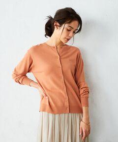 《素材》<br>柔らかく落ち感のある素材。微光沢で、しなやかなドレープ感と、滑らかな肌触りが特徴です。<br>毛羽立ちが少なく綺麗な編み目が特徴です。<br><br>《デザイン》<br>ゆったりめのサイズ感が着心地の良いクルーネックカーディガン。<br>細幅の衿が首元を華奢に、女性らしい印象に。<br>裾は締め付けずストレートにし、さらっと羽織れるカーディガンです。<br><br>オレンジのニットは、コーラル系でオレンジとピンクを混ぜたような発色に仕上げました。<br>くすみがかった大人っぽい印象と肌なじみの良いカラーで<br>2021年春のトレンドカラーの一つ、『ピンク』をコーディネートに取り入れやすいアイテムです。