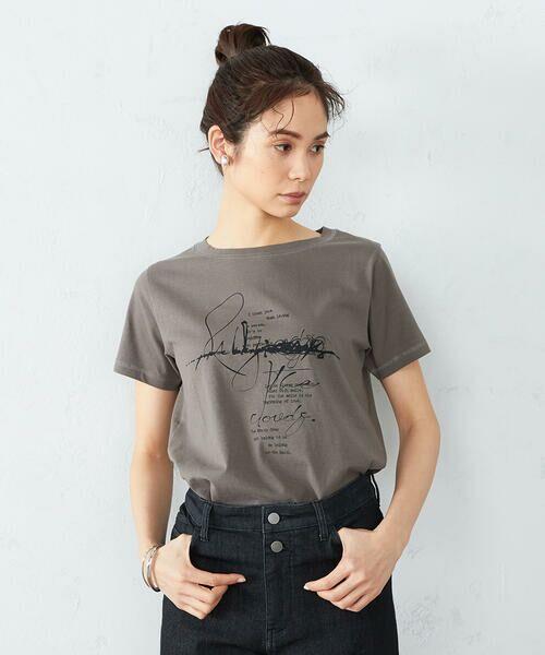 COMME CA ISM / コムサイズム Tシャツ | 《コットン》 クルーネック プリントTシャツ(カーキ)