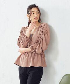 ★日本テレビ系列『ZIP!』にて着用されました★<br><br>《素材》<br>ポリエステルのポプリン素材です。<br>ポプリン素材は、通常ドレスシャツ等に使われるハリのある、<br>きちんとした印象の素材。<br>ポリエステルなのでシワになりにくく、<br>洗えるのでデイリーに使えます。<br>ナチュラルな表面感が特徴です。<br><br>《デザイン》<br>前開きを深くし、ボタンの間もピッタリはとまらないゆるっとしたシルエット。<br>1枚でも、レイヤードしてもアクセントになります。<br>袖はたっぷりギャザーを寄せ、ボリュームスリーブにしました。<br>紐の引き具合で袖丈を調整できるのも、ポイントです。