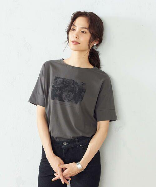 COMME CA ISM / コムサイズム Tシャツ   フォトプリント Tシャツ(チャコール)