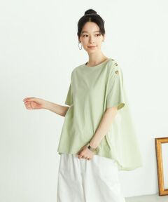 ◆ONIGIRI(おにぎり)のバックフレア Tシャツ◆<br><br>《素材》<br>OE糸(=オープンエンド糸)といわれる、<br>繊維の間に空気を含むを綿糸を使用。<br>そのため、生地にナチュラルな凹凸があり、<br>吸湿性と速乾性に優れた素材です。<br>綿素材なので取り扱いやすく、<br>デイリーにシーズンを越えて着られる素材です。<br>後ろ身頃のフレア部分の別地には、程よくハリ感があり、<br>なめらかな肌触りのコットンローン素材を使用しています。<br><br>《デザイン》<br>ゆるやかに広がるAラインシルエット。<br>ショルダーボタンがポイントの、バックフレアTシャツです。<br>リラックス感のある着心地と、<br>一枚でサマになるデザイン性がポイント。<br>ゆったりとしたサイズ感と、<br>後ろ丈が長いロングテールで、自然に体のラインをカバー。<br>たっぷりとフレアの入った後ろ身頃は、<br>コットンローン素材で切り替えてポイントにしました。