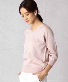〈デザイン〉<br>・やさしいカラーに、上品なラメが相まった、ラグジュアリーでフェミニンなデザイン。<br>・やわらかくストレッチ性のある素材なので、着心地の良いニットです。<br>・首元は程よい開き具合のVネック。<br>・袖丈は、長いシーズン着られる7分袖です。<br><br>〈素材〉<br>・シルクのような光沢がある柔らかいレーヨンと、ストレッチ性のあるナイロンの混紡糸を使用。<br>・表側にだけラメが見える特殊な編み方で編んでいるので、裏側でチクチクせず肌触りが良いのも特徴。<br>・手洗いに対応したウォッシャブル素材です。