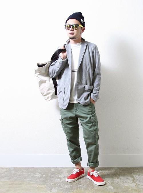 ラフ感のある着こなしでサーフ感を。 ロールアップやサングラスでサーフ感を演出。