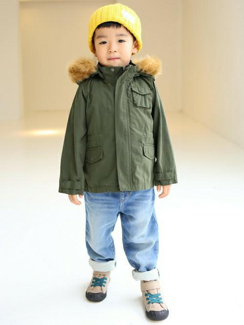 大人気のモッズコートを主役にしたスタイリング。  ニット帽とハイカットスニーカーを合わせて防寒対策も◎  明るい色味のデニムを合わせたことで、秋冬暗くなりがちなコーディネートに色をさせます。