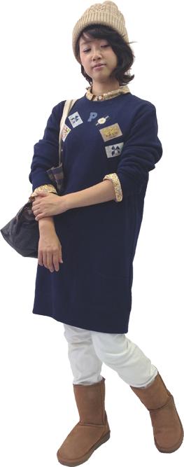 人気のネームワッペンのチュニックトレーナーの下にイエローの小花プリントのチュニックを着てチラみせする、上級者コーディネイト。シンプルなニット帽にモコモコブーツといった冬小物をトッピング。肩にかけた大きめトートはクシュっとさせて大きさを変えられる優れもの。
