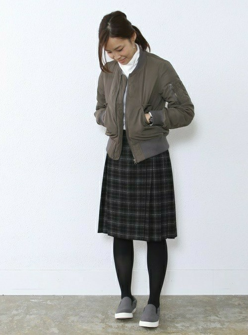 ボーイッシュなMA-1に、トラッドなチェックのプリーツスカートをチョイスしたMIXコーデ。 足元はグレーのスリッポンです♪ ※身長:163cm
