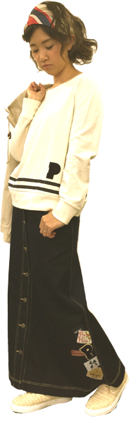 Pのサガラワッペンが付いたトレーナーにデニム地のロングスカートを合わせた大人可愛いコーディネイト。トレーナー裾のラインとあたまに巻いたシルクのレジメンタル風スカーフがフレンチ風。