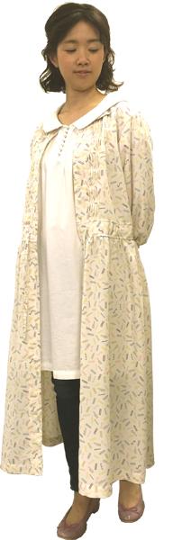 人気のセーラーカラーチュニックの上にカラフルなランダムロゴプリントのワンピースをコート風に羽織ったコーディネイト。