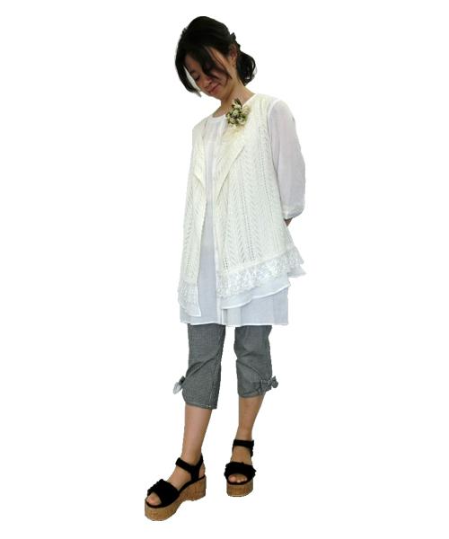 夏らしシロを基調とした爽やかカジュアルコーディネイト。レーシーなベストが可愛らしい。クロギンガムのサブリナに大人気クロのレースフリルサンダルで足元を引き締めています。
